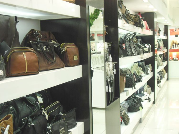 Negozi di scarpe produttori di arredamenti per bar negozi for Negozi arredamento vercelli
